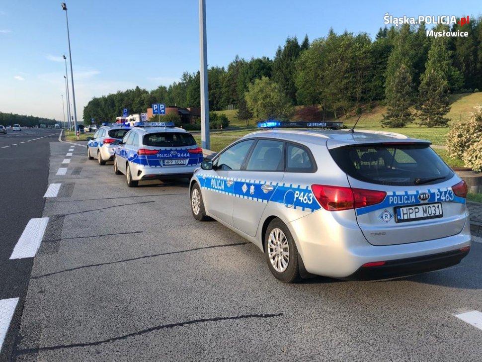 trzy policyjne radiowozy na pasie awaryjnym autostrady a4